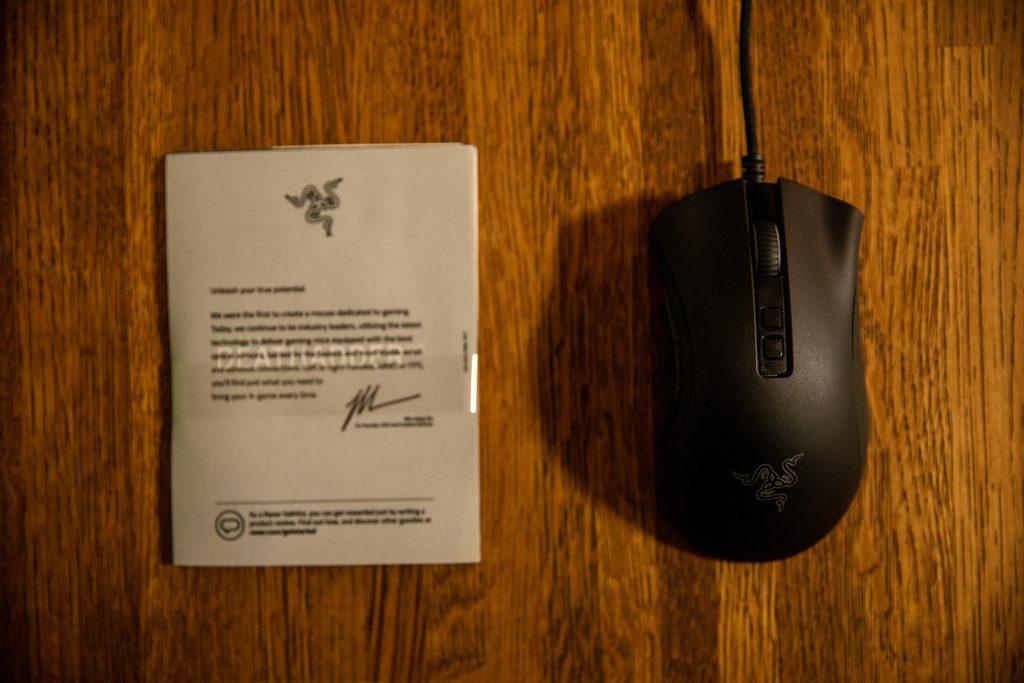 Razer DeathAdder V2と付属品の写真